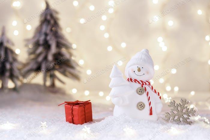 Снежный человек на снегу