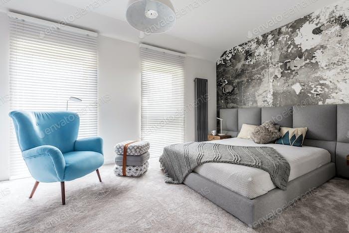 Dormitorio con sillón azul Vintage