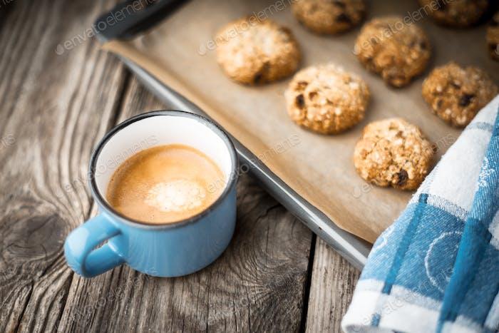 Haferflocken Kekse und Kaffeetasse auf einem Holztisch