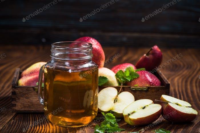 Frisch zubereiteter Apfelsaft auf Holztisch