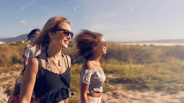 Junge Frauen gehen am Strand