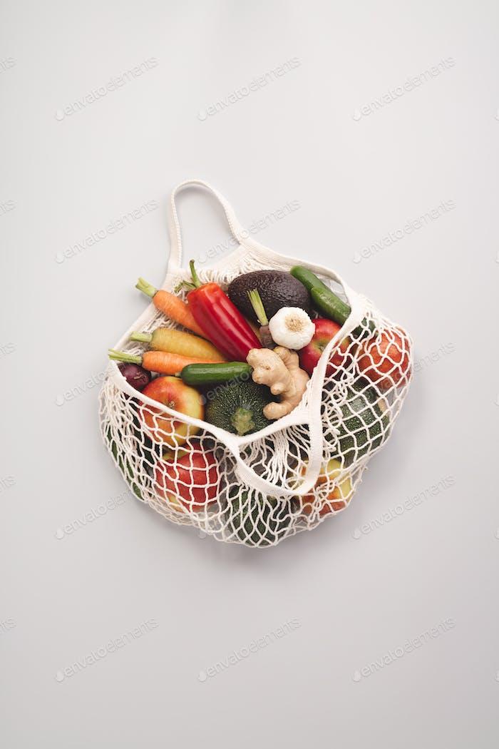 Frisches Bio-Obst und Gemüse im Netz-Textilbeutel