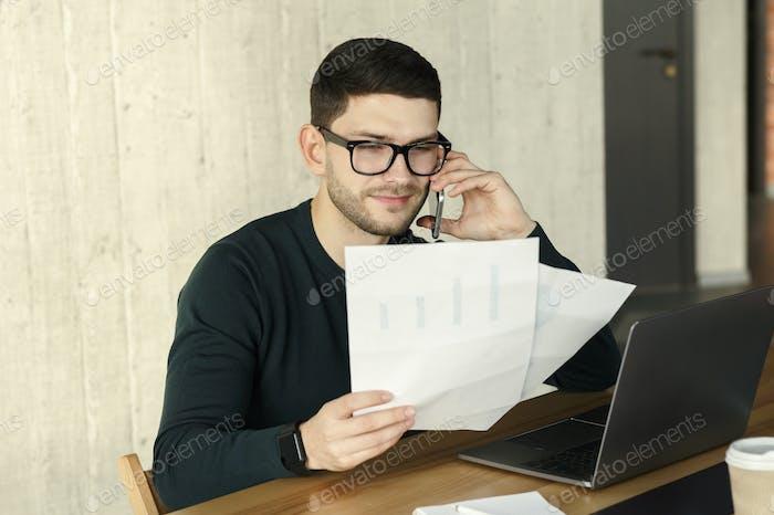 Millennial Guy Anruf Client sitzen in modernen Büro