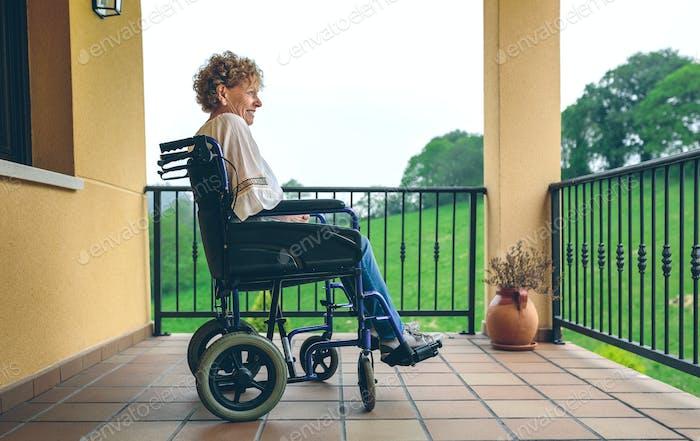 Ältere Frau im Rollstuhl