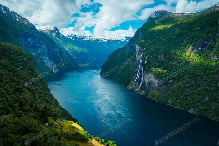 Impresionante vista del fiordo Sunnylvsfjorden
