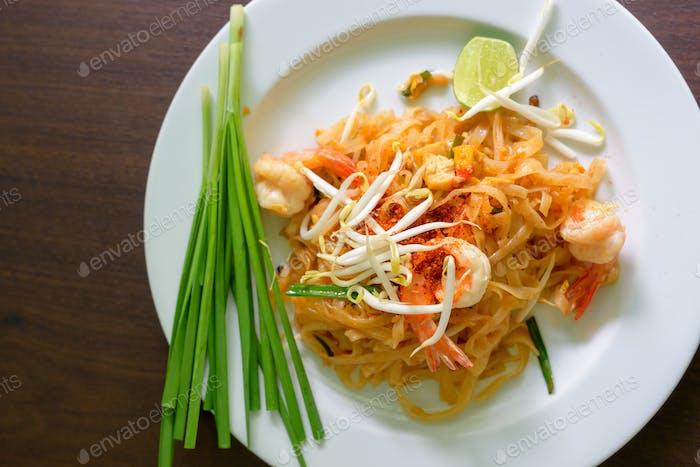 Pad Thai Nudeln Thai-Essen serviert auf weißem Teller