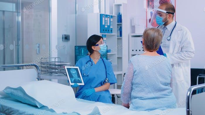 Krankenschwester in Maske erklären Diagnostik