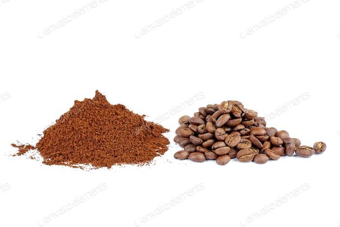 Haufen des gemahlenen Kaffees und wenige Bohnen isoliert auf weißem Hintergrund