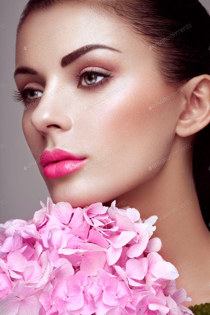 Porträt von schönen jungen Frau mit Blumen