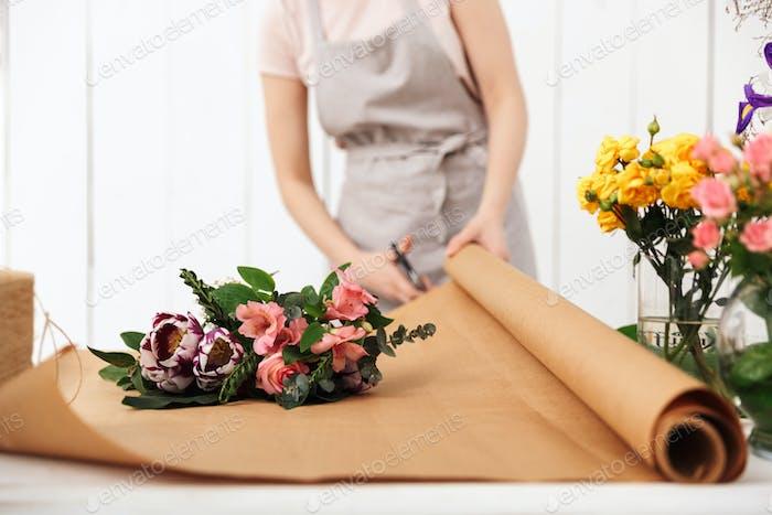 Abgeschnittenes Foto von Floristin Frau arbeiten