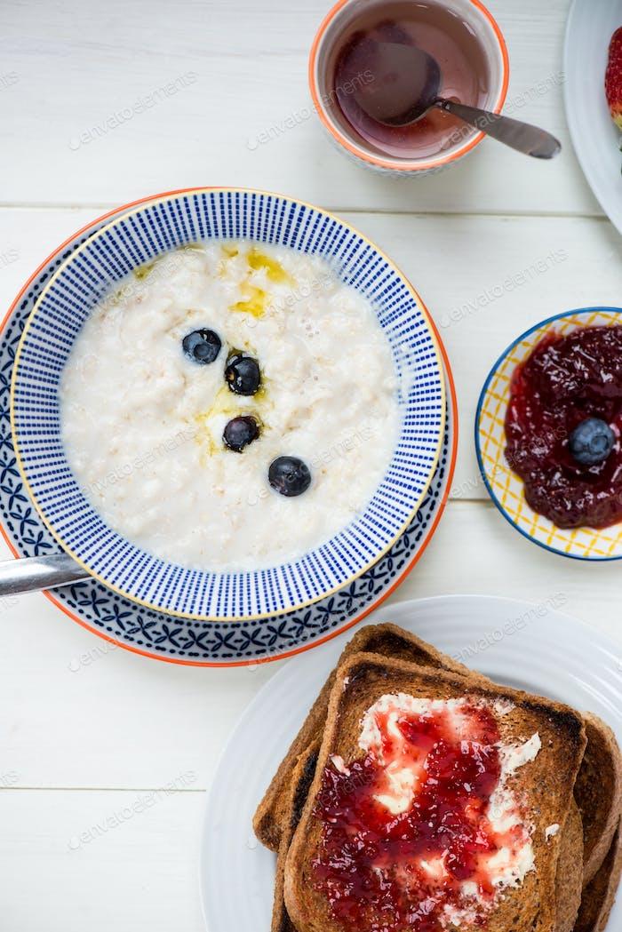 Leckeres Familienfrühstück mit Toast, Brei, Beeren