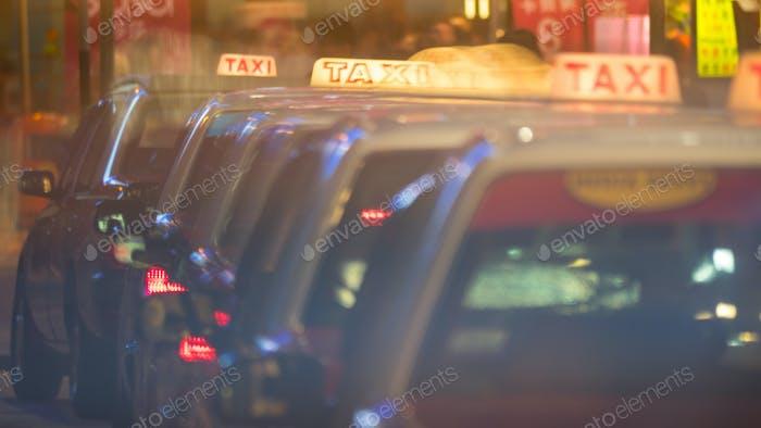 Reihe von Taxiwagen in Nachtstraße