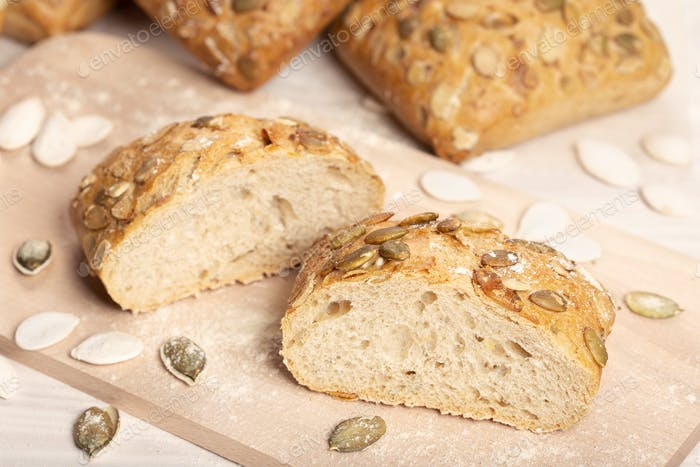 Gebackenes Brot mit Kürbiskernen