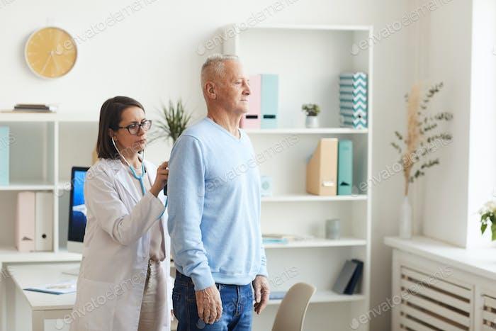 Weibliche Ärztin Untersuchung Senior Man