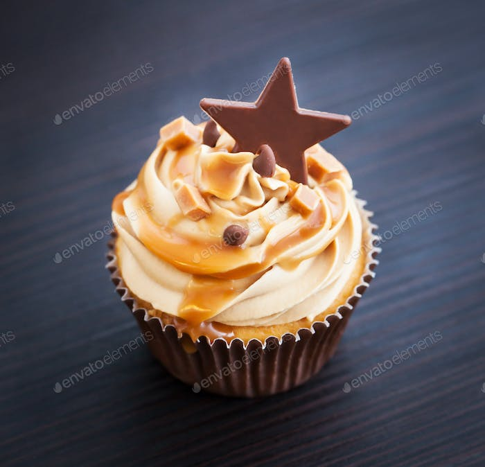 Cupcakes decorated with cream cheese, caramel sauce and chocolate