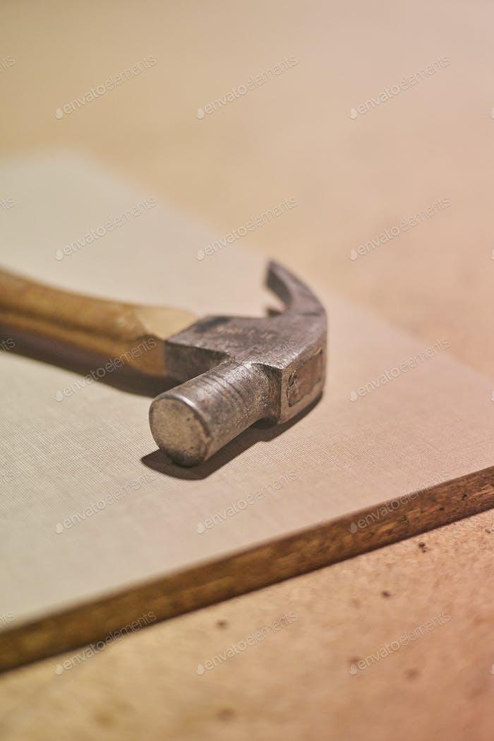 Martillo de carpintero en un taller de carpintería