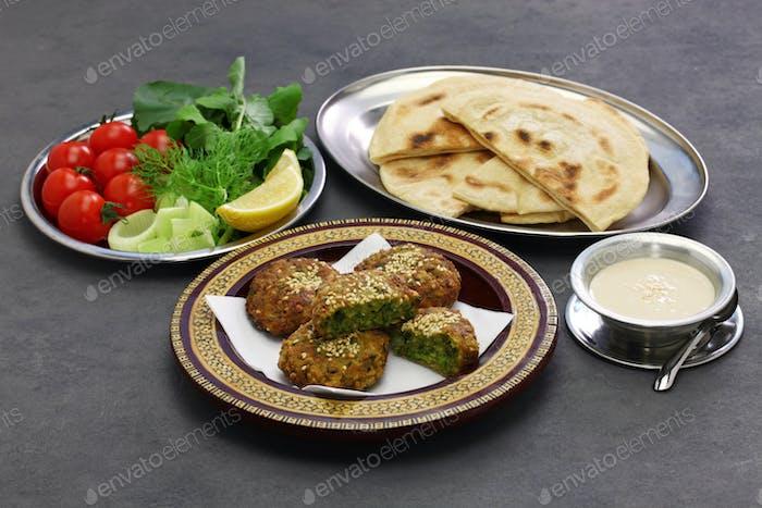 ägyptisches Essen (Taameya, Aish, Tahini)