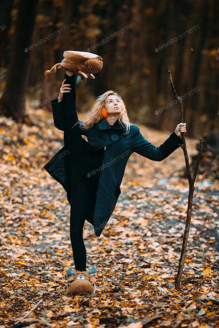 Frau in einer herbstlichen Landschaft