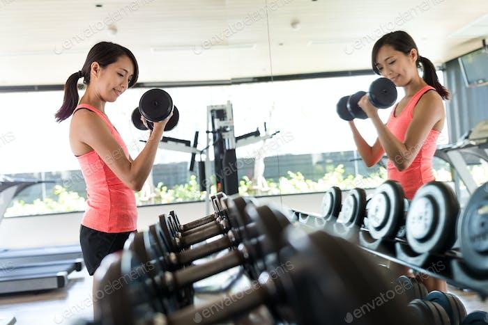 Mujer Fitness en el entrenamiento