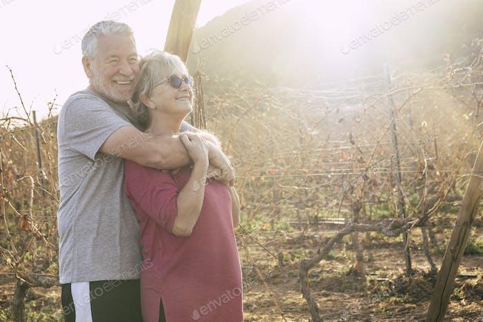 Fröhliches paar glückliche aktive Senior