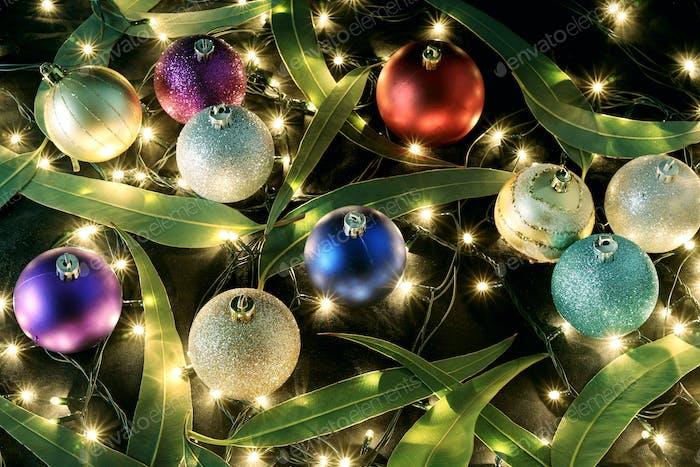 Weihnachtskugeln und Gummibaumblätter