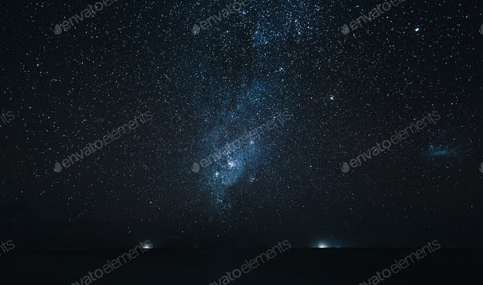 erstaunlicher Sternenhimmel über dem Ozean bei Nacht, Insel Thoddoo, Malediven