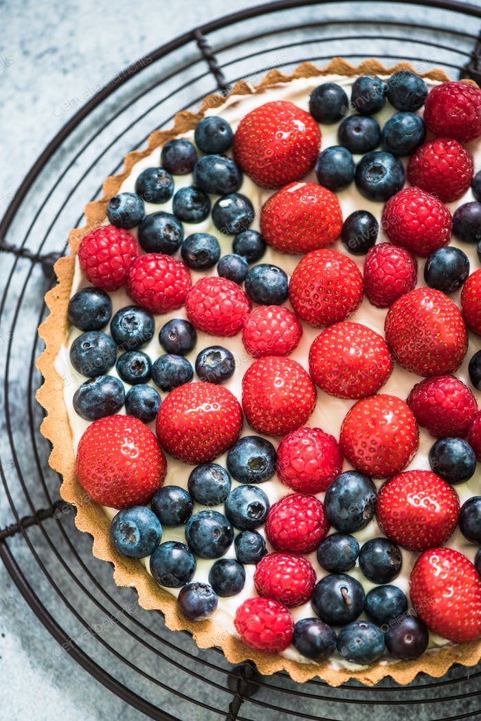 tarta with british flag from berries