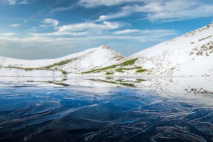 Gefrorener Bergsee mit blauem Eis