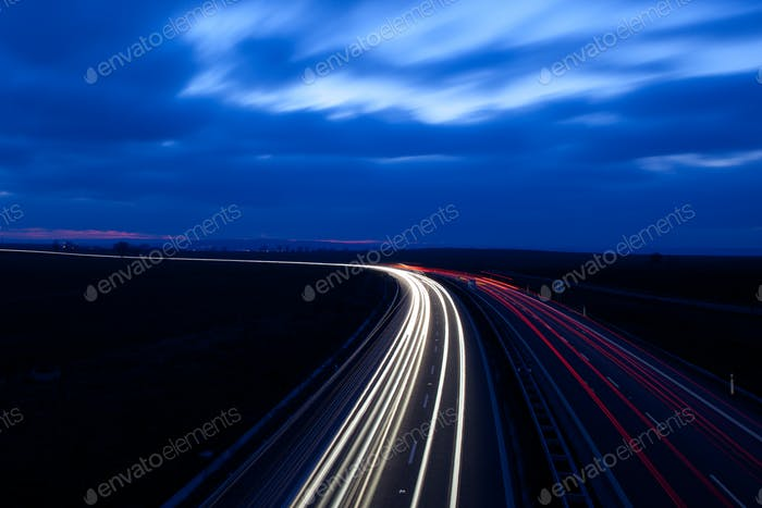 Autos bewegen sich schnell auf einer Autobahn