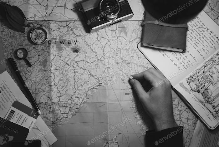 Luftbild der Hand Pinning auf Weltkarte Reise Reise Graustufen