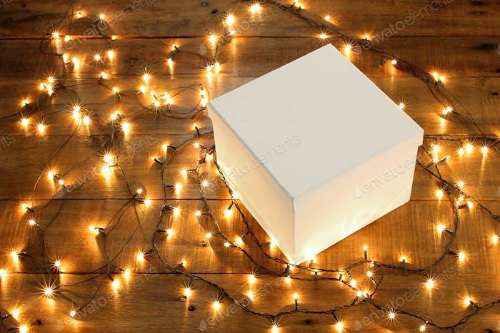 Geschenkbox und Lichterkette