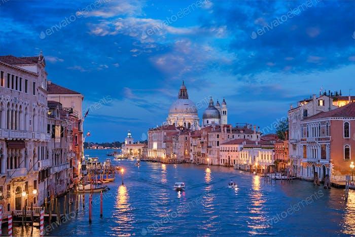 Blick auf den Canal Grande von Venedig und die Kirche Santa Maria della Salute am Abend