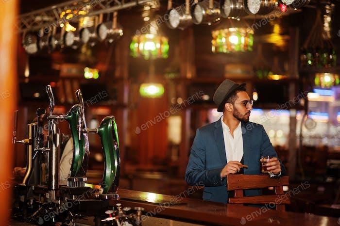 Hombre árabe guapo bien vestido