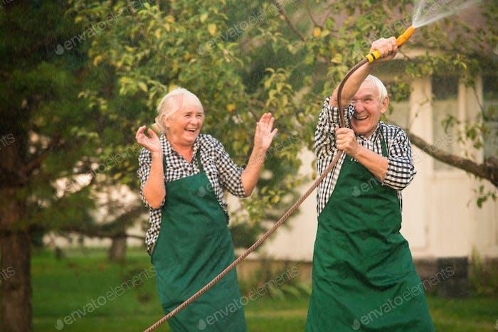Gente alegre al aire libre