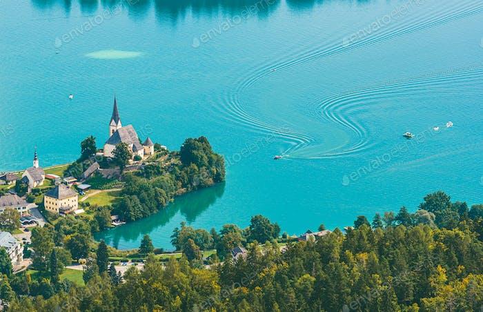 Blick auf den Worthersee mit Maria Worth Kirche, Kärnten, Österreich