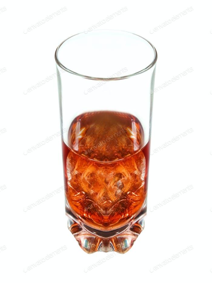 Glas Whisky und Eis auf weißem Hintergrund isoliert