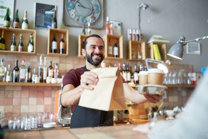 Mann oder Kellner dienen Kunden im Café