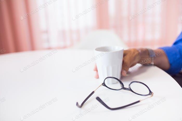 Menschliche Hand halten Kaffeetasse