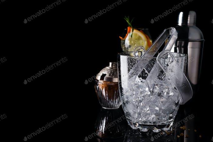 Glas-Eiskübel und Mohito Cocktail in Glas isoliert auf schwarz