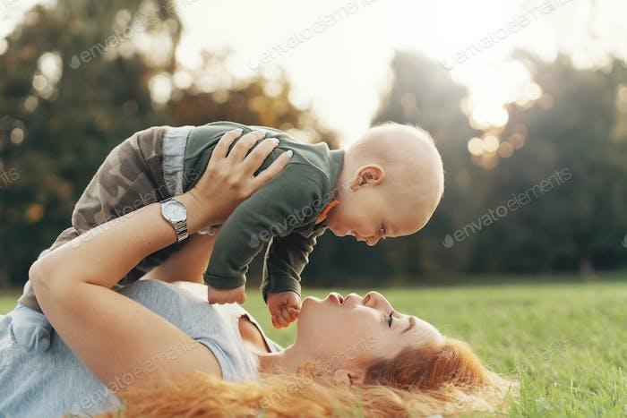 Glückliche Mutter und Kind