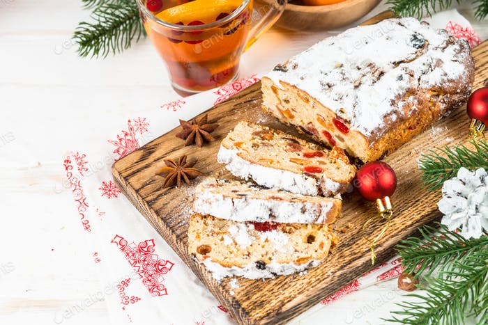 Stollen traditionelle Weihnachtsftuitkuchen mit getrockneten Früchten und Nuss