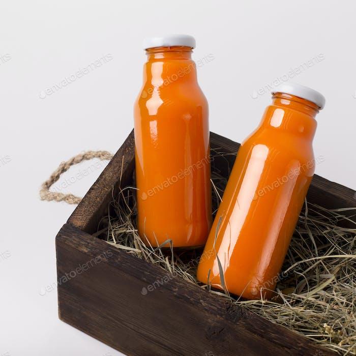 Glasflasche mit Detox-Saft von frischen Orangen und anderen Früchten
