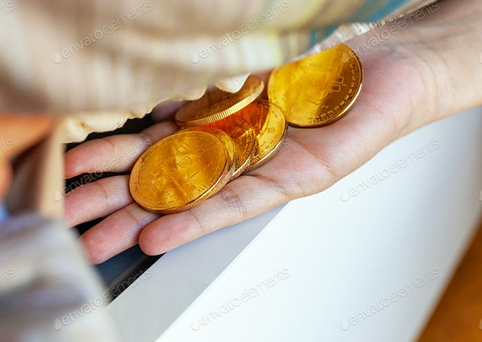 Monedas Bitcoin ocultas debajo del colchón.