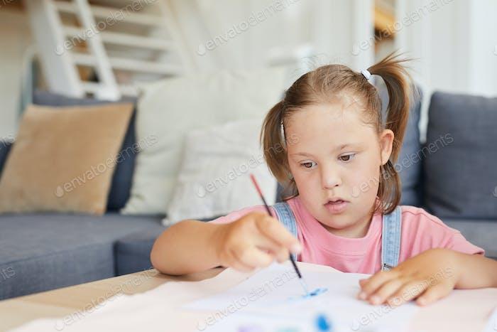 Девушка учится рисовать