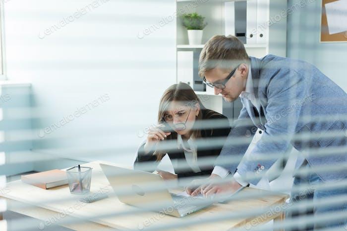 Business, Teamwork und People Concept - Frau und Mann arbeiten im Büro zusammen