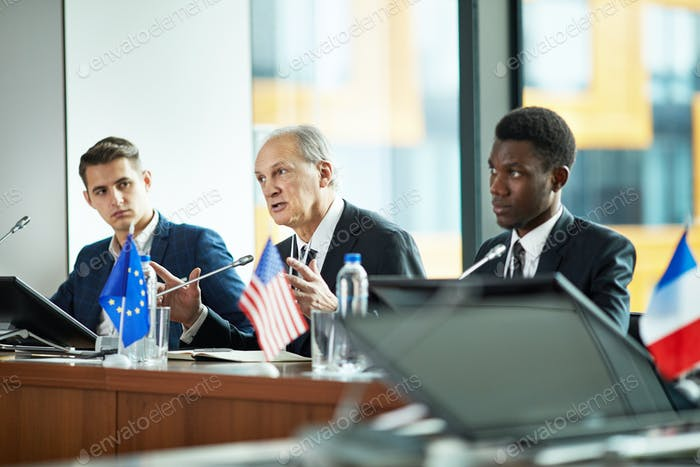 Debates políticos en conferencia