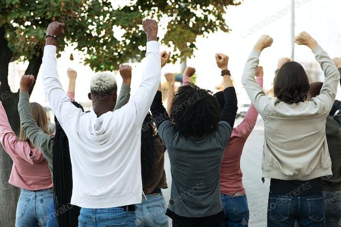 Vista trasera de las personas que hacen huelga en la calle