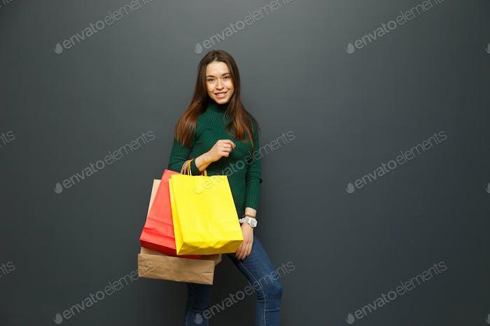 Porträt eines Shopaholic Mädchen mit Shopping