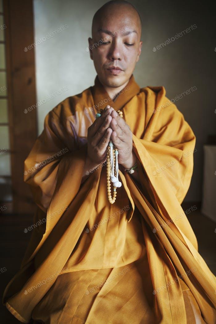 Buddhistischer Mönch betet