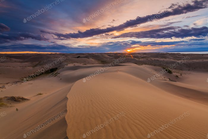 Schöne Aussicht auf die Wüstenlandschaft. Gobi Wüste. Mongolei